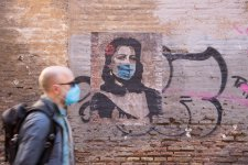 Mural of Italian/Roman actress Anna Magnani (1908­–1973) with face mask, April 2020 Unknown artist