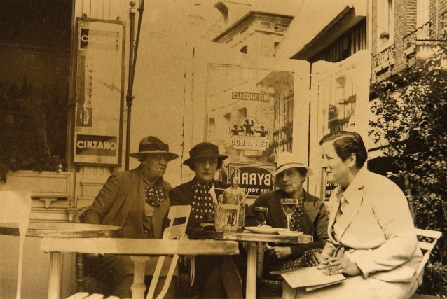Agnes Goodsir (left) and Rachel Dunn (aka Cherry) (second from left) at Valerie en Caix, c. 1930 photographer unknown